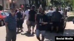Altercado frente a la Embajada de Cuba en Uruguay.