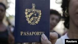 Una cubana muestra su pasaporte cubano obtenido en una oficina de Inmigración en La Habana, Cuba.