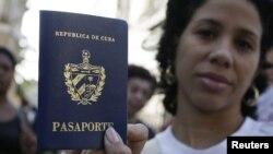 Una cubana muestra su pasaporte cubano obtenido en una oficina de inmigración en La Habana. (Archivo)