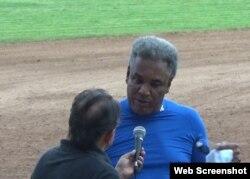 Víctor Mesa responde preguntas de la prensa.