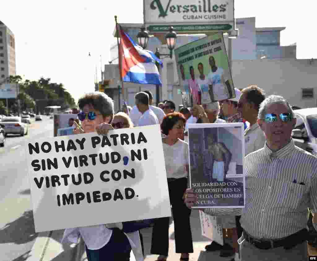 Varios cubanos sostienen carteles con fotos de Fariñas y banderas cubanas durante una vigilia realizada hoy, miércoles 27 de julio 2016, frente al Restaurante Versailles en Miami.