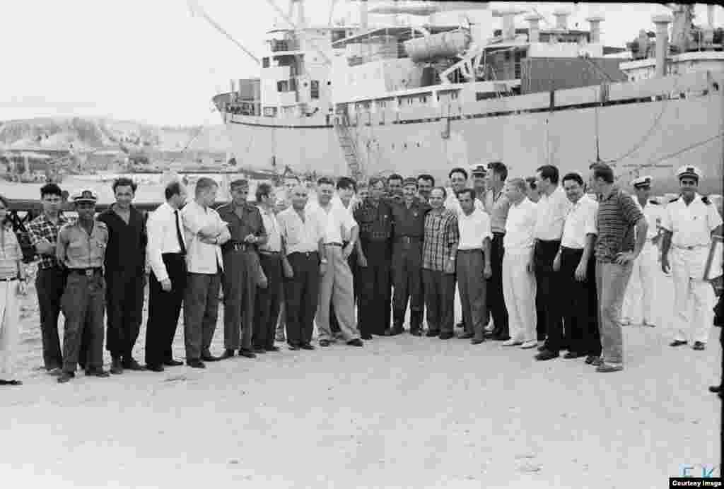 Castro posa para foto con toda la tripulación del Lgove.