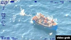 El rescate de 33 balseros. Foto tomada de un video del Palm Beach County Sheriff's Office.