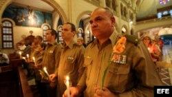 Militares cubanos asisten a la iglesia Jesús de Miramar, en La Habana, donde se realiza una misa para orar por la salud y la recuperación del mandatario venezolano Hugo Chávez. Archivo.