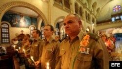 Militares cubanos asisten a la iglesia Jesús de Miramar, en La Habana (Cuba) donde se realiza una misa para orar por la salud y la recuperación del mandatario venezolano, Hugo Chávez.