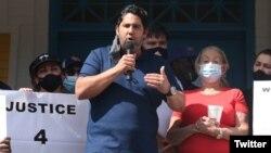 Fernando Martinez se dirige a miembros de la comunidad cubana de Louisville. (Twitter/@CJ_Upshot)