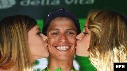 ¡Se comen a besos a Esteban Chaves!