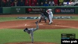 Con bases llenas J.D. Martínez conecta sencillo al jardín derecho en el quinto inning del juego 2 de la Serie Mundial, para poner arriba a Boston 4-2 frente a los Dodgers.