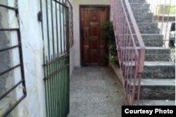 """Casa de Santa Fe donde Angel Ricardo Barthelemy, buscado en EEUU por robo de USD 180.000 en """"nickels"""" abrió la puerta a reporteros de Cubanet."""