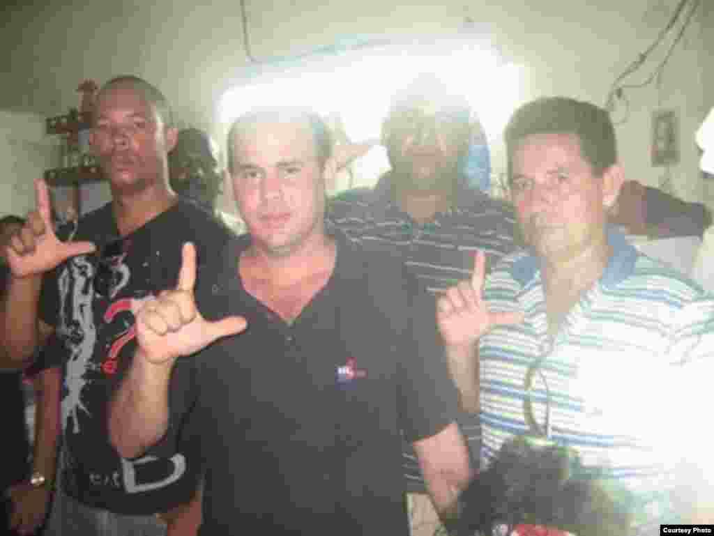 Activistas de derechos humanos en Santiago de Cuba, rinden homenaje a Oswaldo y Harold. La policía política impidió algunas actividades en el territorio.