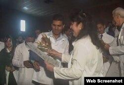 Entrega de títulos a médicos paquistaníes en Sancti Spíritus, Cuba.