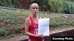 Lisandra Farray muestra el documento con la negativa de asilo del gobierno de Panamá.