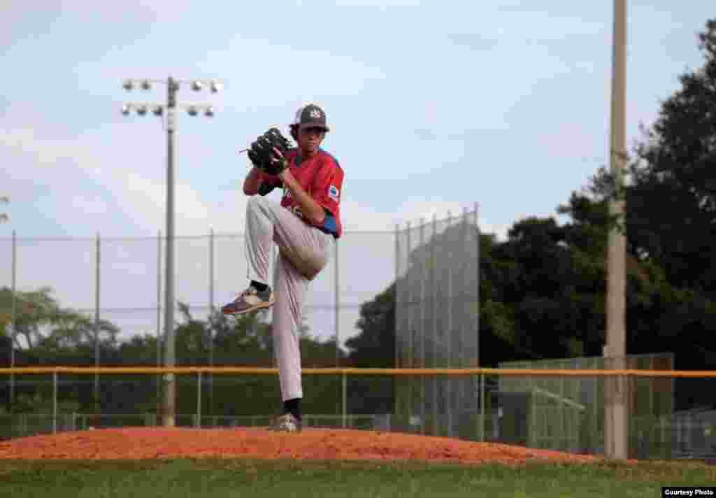 Robert Tourón, lanzador de 17 años, del equipo Habana (Liga Nica de Béisbol), propinó el domingo 29 de noviembre ocho ponches a los bateadores de Industriales en cuatro entradas, en el Tamiami Park de Miami, Florida. Fotos: Luis F. Rojas.