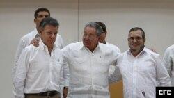 """El presidente de Colombia, Juan Manuel Santos, el máximo líder de las FARC, Rodrigo Londoño, alias """"Timochenko"""", y el presidente de Cuba, Raúl Castro, participan en el acto para presentar un acuerdo en los diálogos de paz en La Habana (Cuba)."""