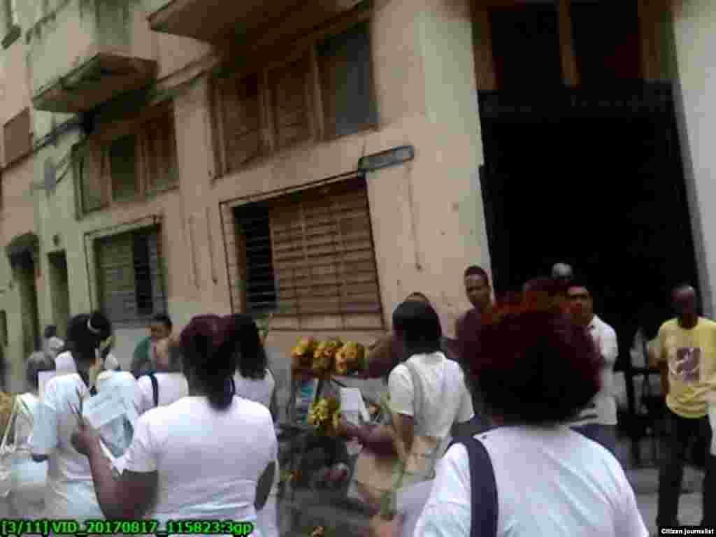Damas de Blanco marcharon el domingo 17 de abril ayer por calles de Centro Habana y fueron reprimidas cuando comenzaron a distribuir boletines y abogar por derechos y la libertad de los presos políticos. Foto Steve M Pardo