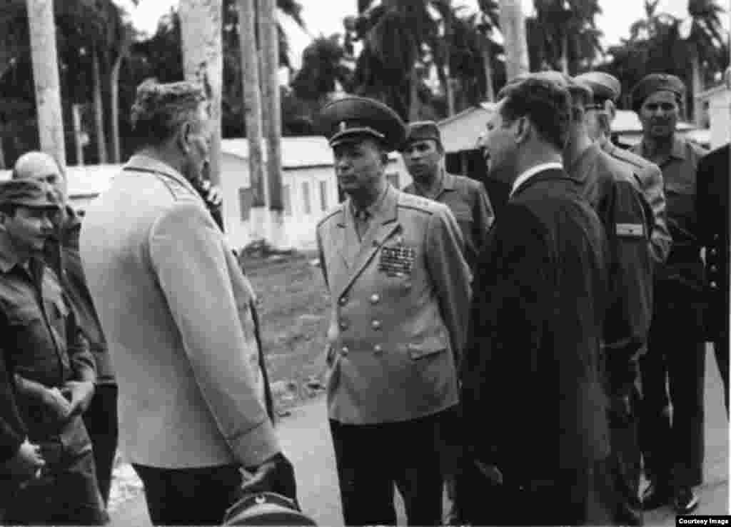 Raúl Castro (izq), durante la visita a Cuba del Mariscal Andrei A. Grechko, ministro de defensa de la URSS
