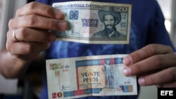 """Desde el colapso de la Unión Soviética, los cubanos llevan dos monedas en el bolsillo: el peso en que los empleados públicos reciben sus salarios y pagan por algunos productos y servicios básicos, y un """"peso convertible"""" o CUC equivalente al dólar en que"""