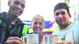 Cubanos en Uruguay muestran su documento de identidad. (Captura de imagen/El País)