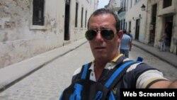Lázaro Yuri Valle Roca en una calle de La Habana. (Facebook)