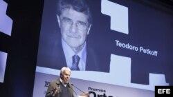 El expresidente del Gobierno español Felipe González interviene en el acto de entrega del Premio Ortega y Gasset otorgado al venezolano Teodoro Petkoff.
