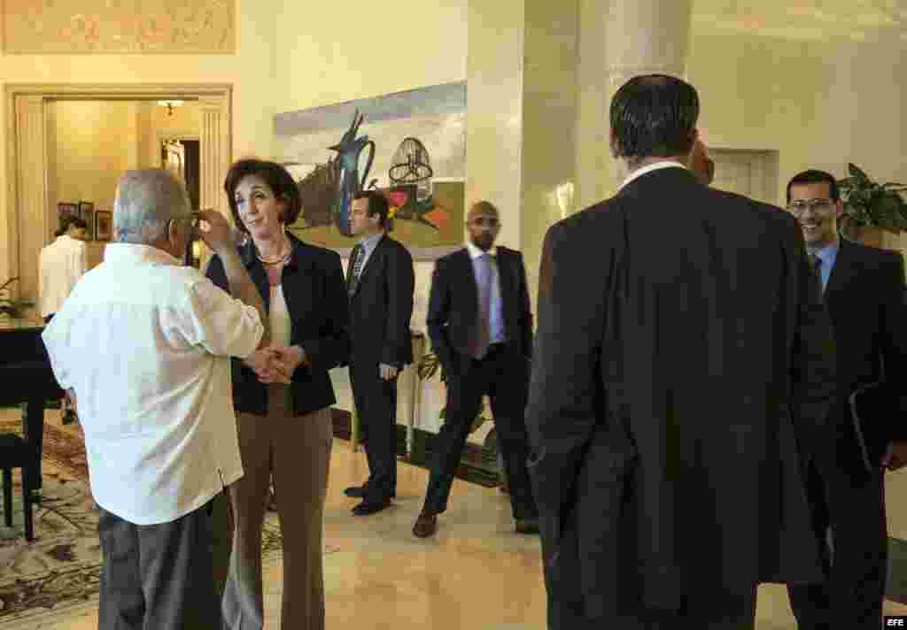 La secretaria de Estado adjunta para Asuntos del Hemisferio Occidental, Roberta Jacobson (c), conversa con el disidente cubano Elizardo Sánchez.