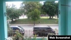 """Vehículos de Seguridad del Estado vigilan sede de CCIR. Al frente, """"mítin de reafirmación política"""""""