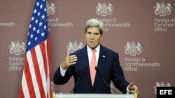 El secretario de estado estadounidense, John Kerry, ofrece una rueda de prensa tras su reunión con el ministro británico de Exteriores, William Hague (no fotografiado), en Londres (Reino Unido).
