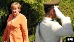 La canciller alemana, Angela Merkel (i), en la primera Cumbre de la Comunidad de Estados Latinoamericanos y Caribeños (Celac) y la Unión Europea (UE), en Santiago de Chile.