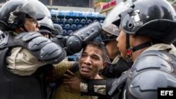 Integrantes de la Policía Nacional Bolivariana (GNB) detienen a un manifestante opositor al gobierno Venezuela hoy, jueves 8 de mayo del 2014.