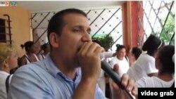 A través de bocinas, Antonio Rodiles expone a los vecinos de Lawton las ideas de la oposición.
