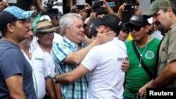 Luis Fernando Camacho es recibido por sus seguidores en Santa Cruz.
