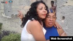 La opositora Aimara Nieto Muñoz, junto a su mamá