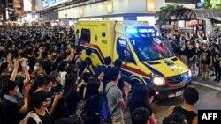 Manifestantes contra la Ley de Extradición escoltan una ambulancia