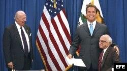 El Gobernandor de California Governor Arnold Schwarzenegger (c) and Milton Friedman (r) en el Hoover Institution, junto al ex secretario de Estado George P. Shultz (i).