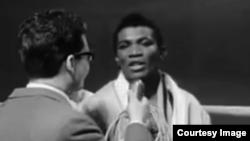 El boxeador cubano José Adolfo Legrá Utria, antes de su tope contra Yves Desmarets, en 1967. (Captura de video del canal de Youtube Retroclips)