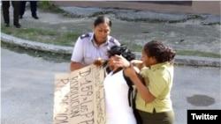 Arresto violento contra Berta Soler, líder de las Damas de Blanco.