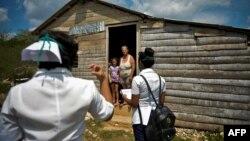 Trabajadores de la salud visitan a una residente en la provincia Mayabeque, el 28 de abril del 2020.