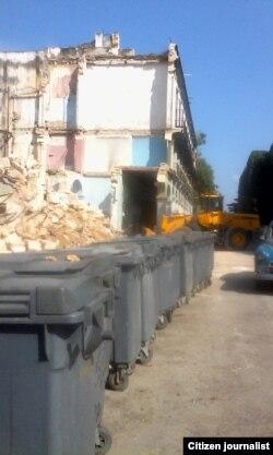 Reporta Cuba. Imagen del momento en que llegaron los camiones a recoger la basura. Foto: Rosario Morales.