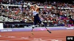 El atleta británico Richard Whitehead cruza la meta para ganar el oro durante la final de los 200m T42 en el Estadio Olímpico de Londres (Reino Unido) durante los Juegos Paralímpicos, sábado 1 de septiembre de 2012. EFE/Kerim Okten