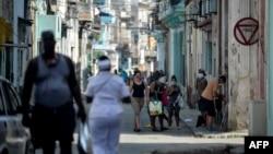 Una calle de La Habana Vieja, donde ocurri[o un nuevo brote de COVID-19. (YAMIL LAGE / AFP)
