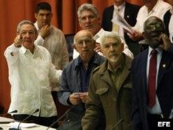 Raúl Castro (i), el primer vicepresidente cubano, Miguel Díaz-Canel (c-detrás) y los también vicepresidentes Ramón Machado Ventura (c-frente), Ramiro Valdés (2-d) y Salvador Valdés Mesa (d), asisten hoy, sábado 20 de diciembre de 2014.