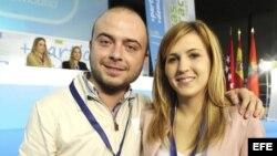 La candidata a la presidencia de Nuevas Generaciones (NNGG) de Madrid, Ana Isabel Pérez (D)junto a Angel Carromero, durante el duodécimo congreso de NNGG de Madrid.