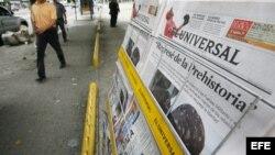 Vista de varios ejemplares del diario El Universal