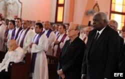 El presidente del Parlamento cubano, Esteban Lazo (der) y Ricardo Alarcón (izq), asesor del gobernante cubano, Raúl Castro, asistieron a la misa.