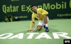 Djokovic posa con el trofeo ganado en Qatar.