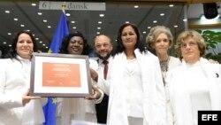 Presidente del Parlamento Europeo Martin Schulz, posa junto a Laura María Labrada Pollán, Berta Soler, Belkis Cantillo, Elena Larrinaga y Blanca Reyes en la entrega del Premio Sájarov otorgado en 2005 a las Damas de Blanco.