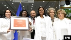 ARCHIVO. Presidente del Parlamento Europeo Martin Schulz, posa junto a Laura María Labrada Pollán, Berta Soler, Belkis Cantillo, Elena Larrinaga y Blanca Reyes en la entrega del Premio Sájarov otorgado en 2005 a las Damas de Blanco.