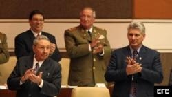 Miguel Díaz-Canel, junto al general Raúl Castro.