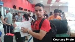 El pastor Yiorvis Bravo, en el aeropuerto, ya notificado de su impedimenta de viajar. Cortesía.