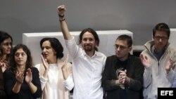 El líder de Podemos, Pablo Iglesias, junto a los miembros de su equipo al ser elegido secretario general de Podemos.